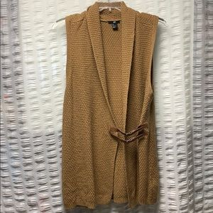 Camel vest with buckle closure